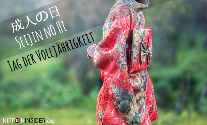 Bild: Frau im Park mit einem roten Furisode Kimono | Japanischer Feiertag am 2. Montag im Januar: Seijin no Hi 成人の日 Tag der Volljährigkeit | Nipponinsider