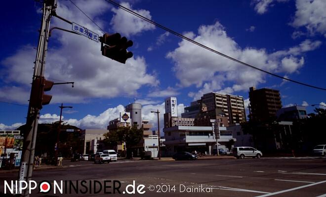 Reihe Mein Fukushima. Westausgang des Bahnhofs Fukushima. Herrlicher Sonnenschein, blauer Himmel im September. 福島駅 西口 | Nipponinsider