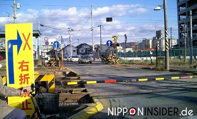 Bahnübergang in Fukushima | 福島市。 Herrliches Wetter im Dezember. Klarer blauer Himmel und Sonnenschein