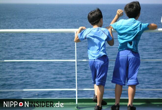 Kodomo no Hi: zwei kleine Jungs stehen auf einem Boot und schauen aufs Meer. | nipponinsider japanblog