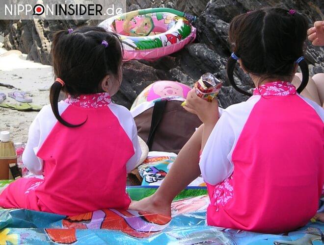 Kodomo no Hi: zwei Mädchen sitzen am Strand | nipponinsider japanblog