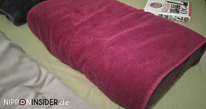 Handtuch Tag: Kopfkissen mit einem Handtuch umwickelt als Kissenschoner | Nipponinsider