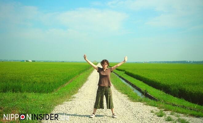 Bild zum Midori no Hi dem Tag der Natur. Ich stehe dabei in den Reisfeldern von Tohoku | nipponinsider japanblog