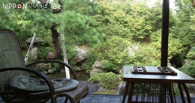 Japanischer Garten mit Terasse, Schaukelstuhl und Shogispiel | Nippon Insider Japan Blog