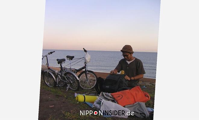 Anders Reisen: Meine Japan Erlebnisse. Mit den Fahrrädern an der Küste Niigatas. Zeltausrüstung am Strand | Nipponinsider