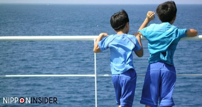 zwei Jungs auf dem Schiff blicken aufs Meer | Nippininsider