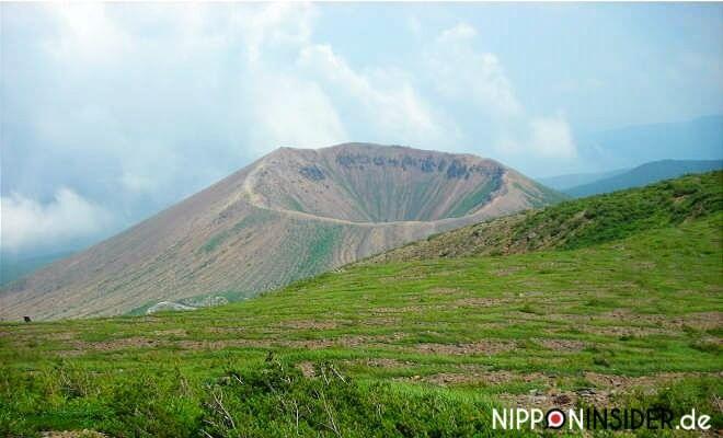 Der Azuma Kofuji von oben. mit blick in den Krater und den Kraterweg. Yama no Hi, der Tag des Berges 山の日 | Nipponinsider