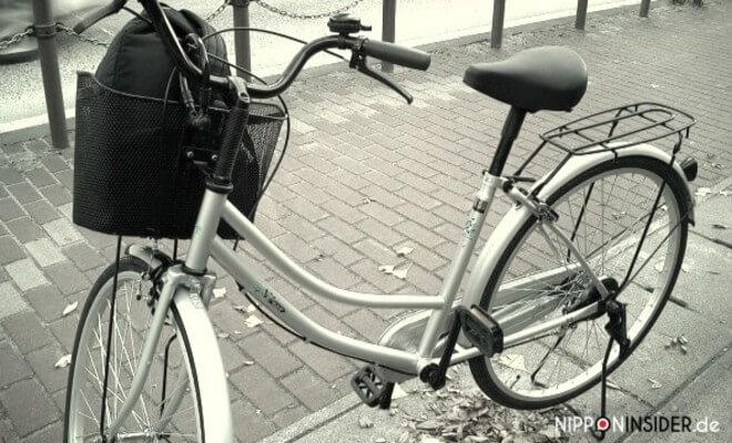 Fahrrad in Japan. Silbernes Mama-chari oder Mama-charinko mit Einkaufskorb am Lenkrad und einem Gepäckträger. Zum Thema Fahrrad kaufen in Japan | Nipponinsider