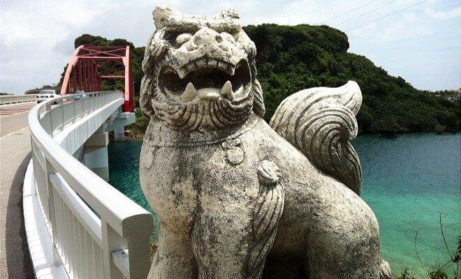 Shisa auf Okinawa an einer Brücke