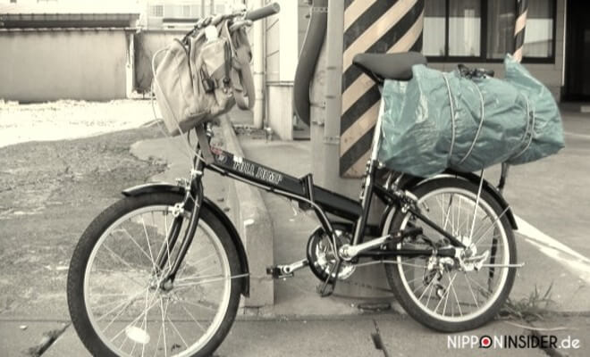 Fahrrad in Japan. Schwarzes Faltrad / Klapprad oder Oritatami Jitensha mit Gepäck. Zum Thema Fahrrad kaufen in Japan | Nipponinsider