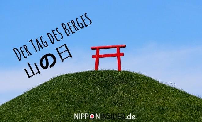 Der Tag des Berges in Japan wird Yama no Hi genannt - 山の日. Bild: Ein rotes Toori auf einem grünen kleinen Berg | Nipponinsider