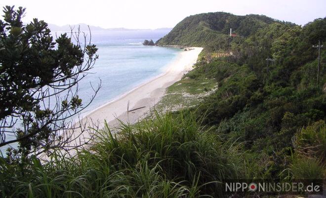 Bild eines langen Sandstrandes auf Akajima: Nishihama Beach 北浜ビーチ | Nipponinsider
