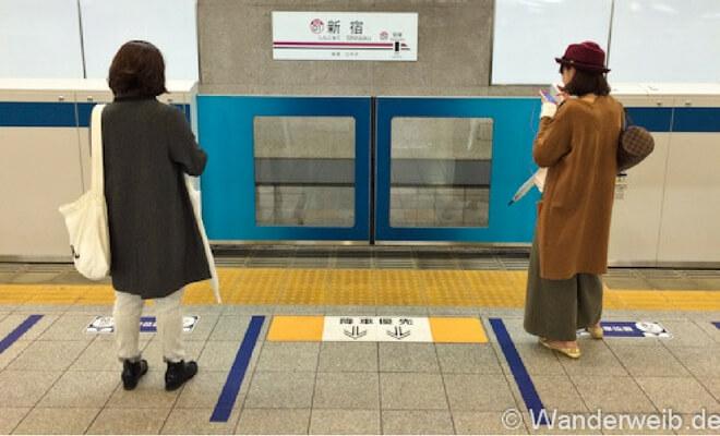 Warum ich Japan liebe - Tessa erzählt in einem Gastartikel. Foto: Warten auf den Zug | Wanderweib auf Nipponinsider