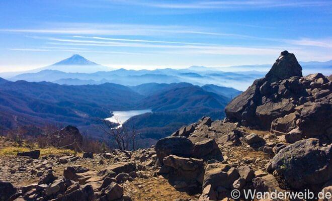 Warum ich Japan liebe - Tessa erzählt in einem Gastartikel. Foto: Blick auf den Fuji beim Wandern in den Bergen | Wanderweib auf Nipponinsider