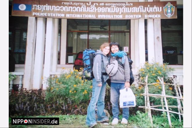 Reiseerinnerung 2002: Wir mit Rucksäcken an der laotischen Grenze