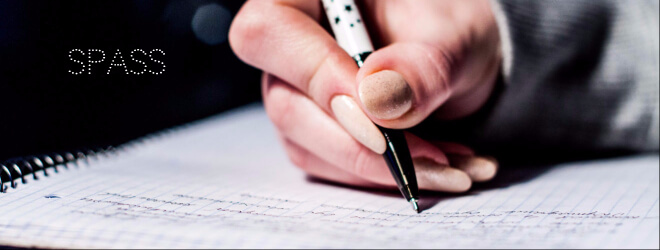 Diese Artikel haben richtig Spaß gemacht. Bild: Frauenhand hält Stift und schreibt