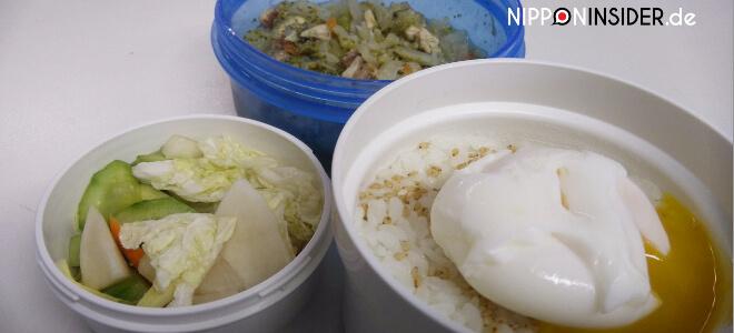 Einfache Bento mit Ei auf Reis, eingelegtem und gebratenem Gemüse | Nipponinsider