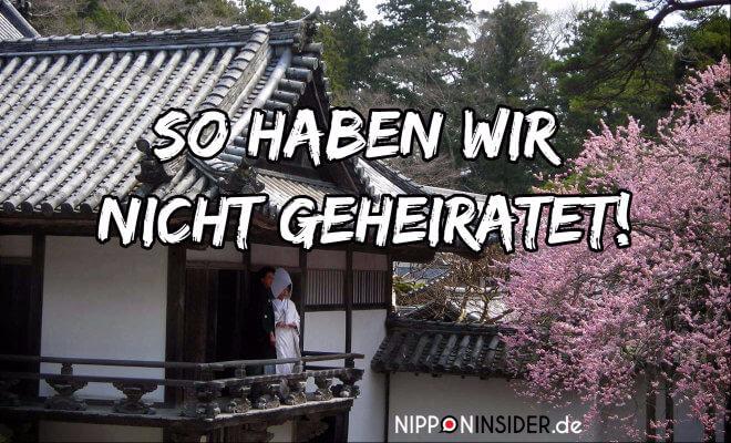 Heiraten in Japan. Ein Hochzeitspaar in Kimonos steht auf einem Balkon eines alten japanischen Hauses und schaut auf die Kirschblüten. Text: so haben wir nicht geheiratet! | Nipponinsider Japan Blog