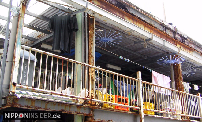 Verrosteter Balkon des Ghetto Guesthouses in Naha Okinawa   Nipponinsider