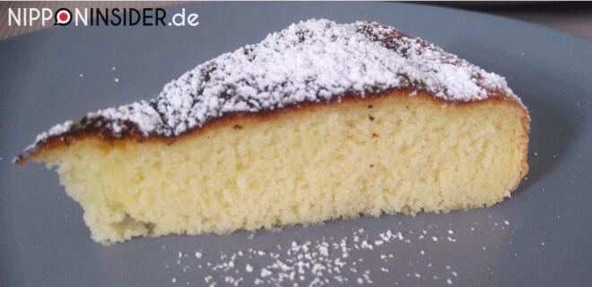 Japanischer Kuchen im Reiskocher gebacken: Kuchenstück mit Puderzucker auf einem Teller | Nipponinsider