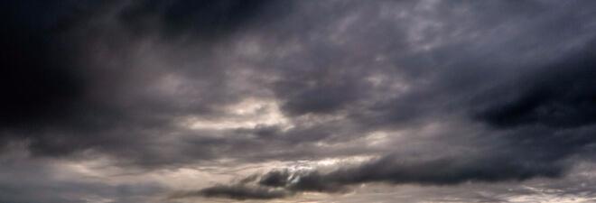 Japan und Taifune. Bild von einem schwarz-dunklen Himmel