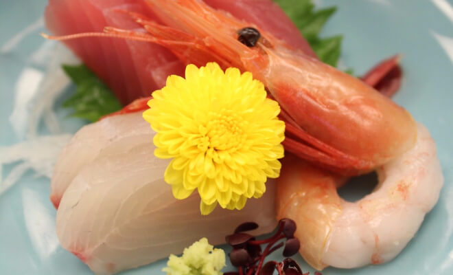 Chrysantheme auf Sashimi. Essbare Deko in Japan | Nipponinsider