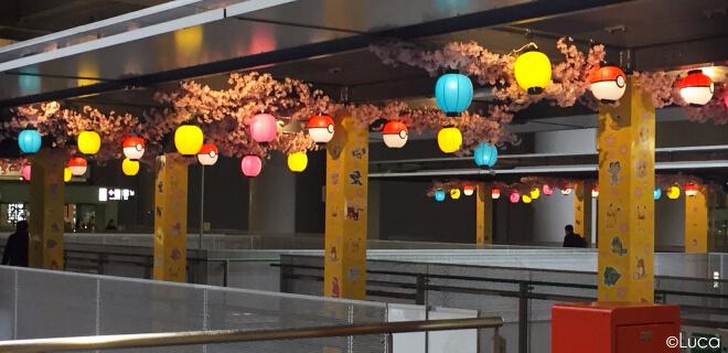Dekoration am Flughafen mit Pokémon-Lampions und Kirschblüten