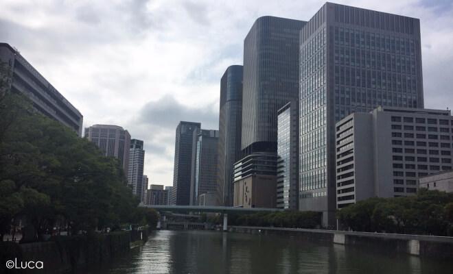 Blick auf die Hochhäuser am Fluss von Umeda Kitahama