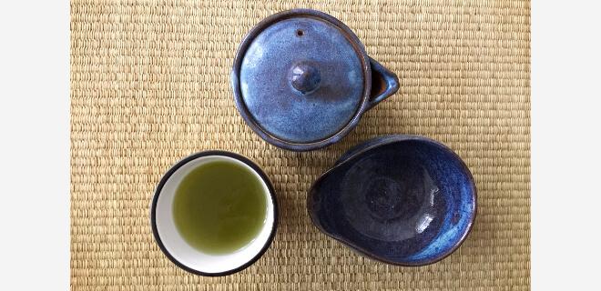 Japanischer grüner Tee mit Teezubehör - blaue Teekanne und Wasserkühler | Nipponinsider