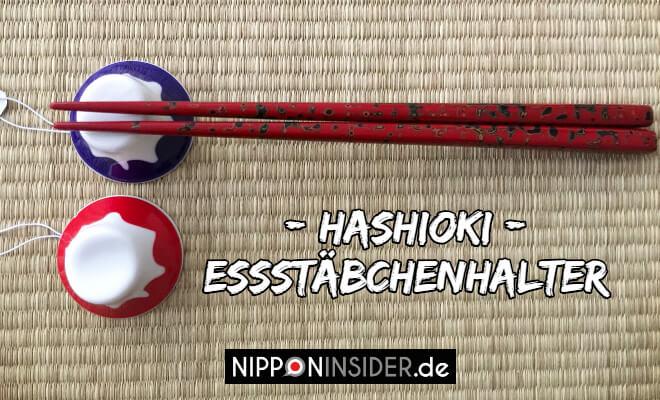 Hashioki Esssstäbchenhalter. Bild von zwei Essstäbchenhalter in Form des Fujisans mit Stebchen auf einem darauf liegend | Nipponinsider Japan Blog