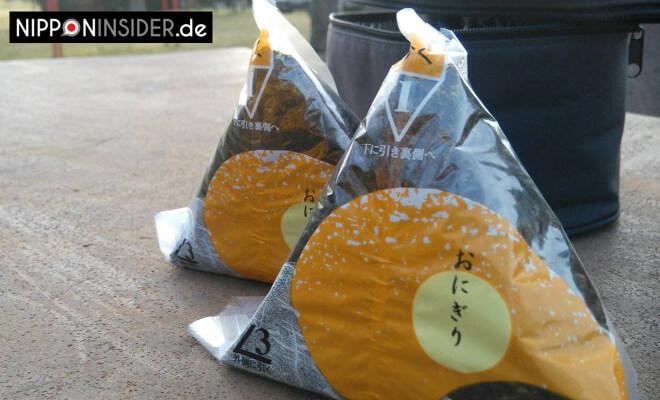 Onigiri in einer Verpackung mit Anleitung zum Öffnen | Nipponinsider