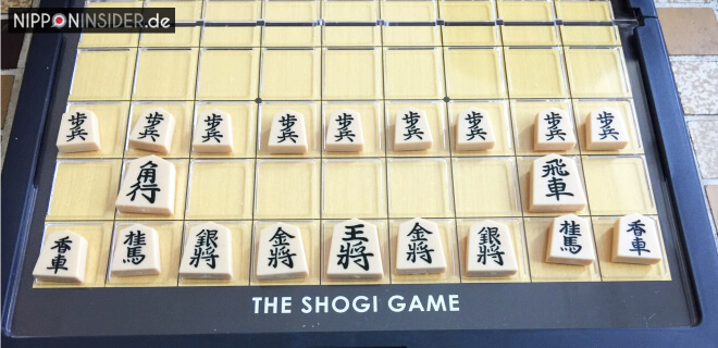 The Shogi Game, Spielbrett mit Shogi-Spielsteinen in Start-Austellung | Nipponinsider
