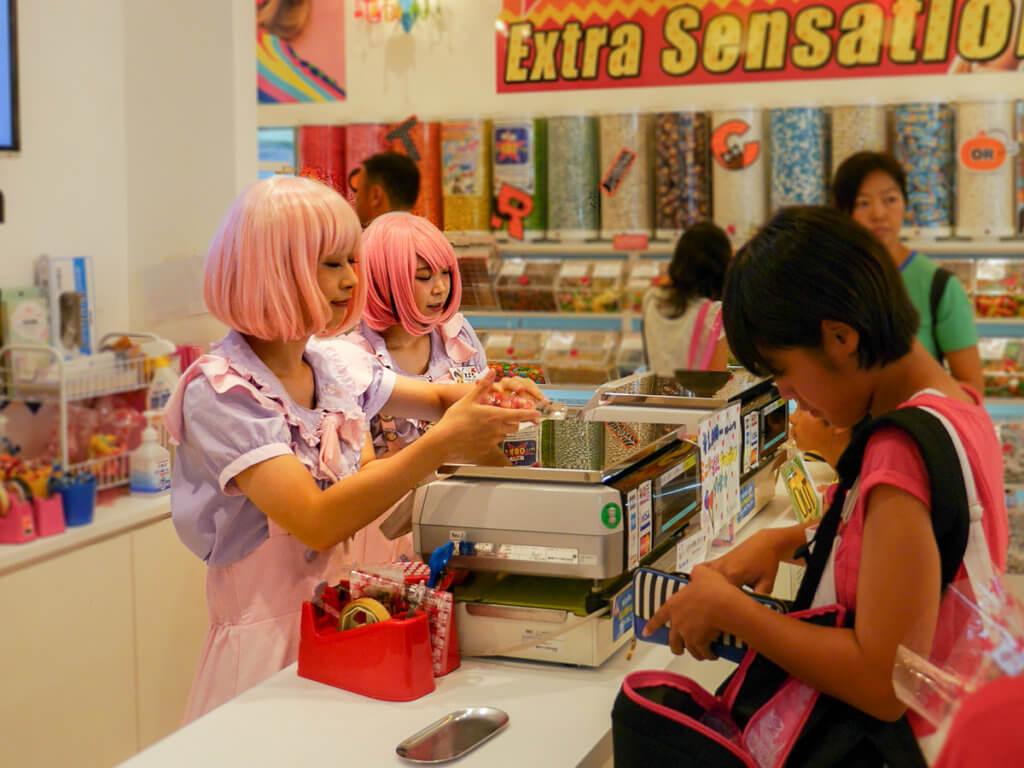 Laden in Tokyo heißen ihre Kunden willkommen