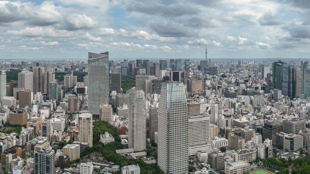 Tokyo Skyline Wolkenkratzer bei blauem Himmel