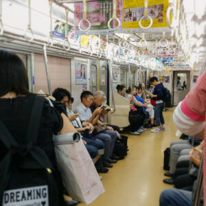 In der U-Bahn in Tokyo ist es ruhig