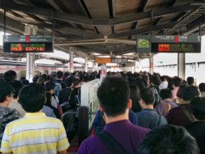 Menschmassen zur Rushhour am Bahnhof in Japan