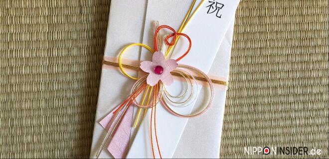 Typische Glückwunschkarte in Japan mit roter Schleife