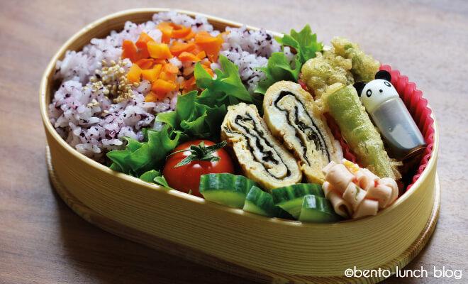 Gefüllte Ovale Bento Lunch Box. Foto von Token vom Bento-Lunch-Blog