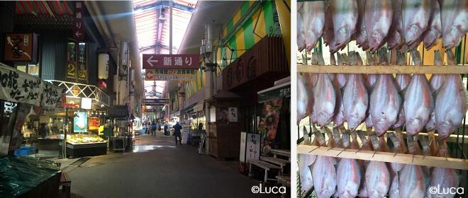 Der Fischmarkt in Kanazawa: Omicho Ichiba. Eingang zum Markt und hängende Fische zum Verkauf