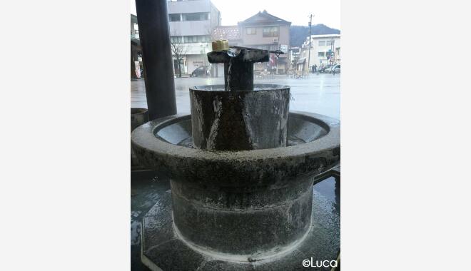 Yamanaka Onsen nahe Kanagawa. Bild von einem Brunnen mit heißem Quellwasser