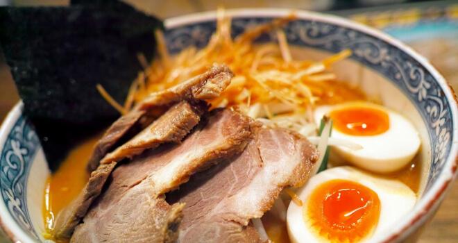 Ramen in Japan: Chashu Ramen Nudelsuppe in einer Shüssel mit Schweinefleisch un Ei | Nipponinsider