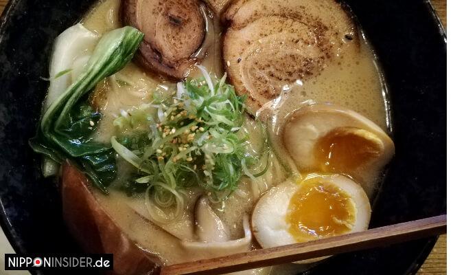 Eine Schüssel mit Misoramen, Nudelsuppe mit Eiern, Gemüse und Schweinefleisch. Nipponinsider