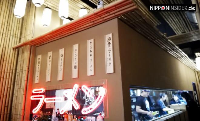 Innenraum des Morimori Ramen Restaurants. Der Kochbereich ist einem Yatai nachempfunden. Nipponinsider