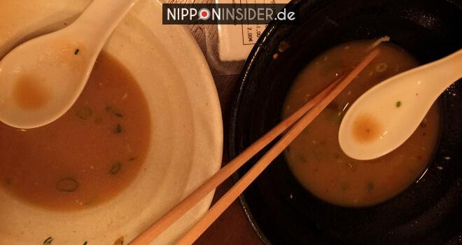 Wie isst man Ramen? Bild von zwei leeren Suppenschüsseln | Nipponinsider