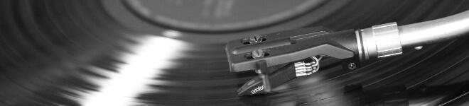 Schwarzweiß Bild von einer Platte auf einem Plattenspieler