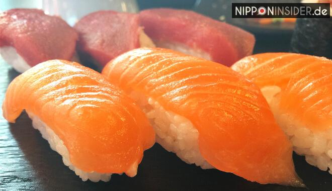 Japanischer Restaurant Guide Berlin: Lachs Sushi in Nahaufnahme im Ishin | Nipponinsider
