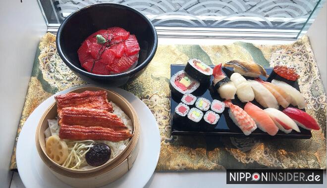 Japanischer Restaurant Guide Berlin: Eingang vom Ishin mit Menü aus Plastik im Fenster| Nipponinsider