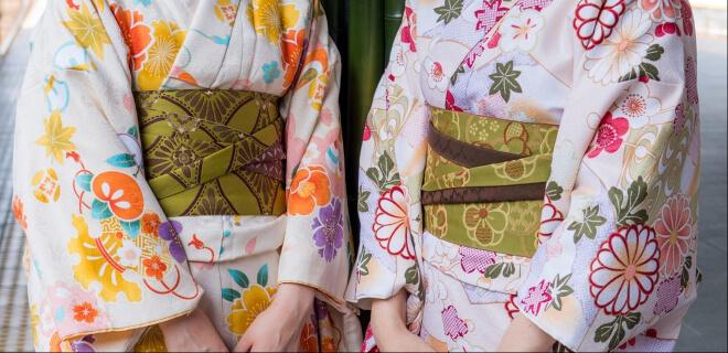 Zwei Fraruen im Kimono. Gofuku no Hi am 29. Mai. Tag des Kimonostoffs