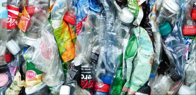 Plastikflaschen auf dem Müll. Gomi no Hi am 3. Mai. Tag des Mülls