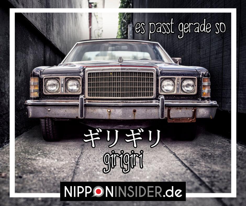 """Bild: ein Auto in einer ganz engen Gasse von hohen Mauern eingeschlossen. Text: girigiri ist ein japanischer umgangsprachlicher Ausdruck für """"es passt gerade so"""". Japanische Ausdrücke auf Nipponinsider"""